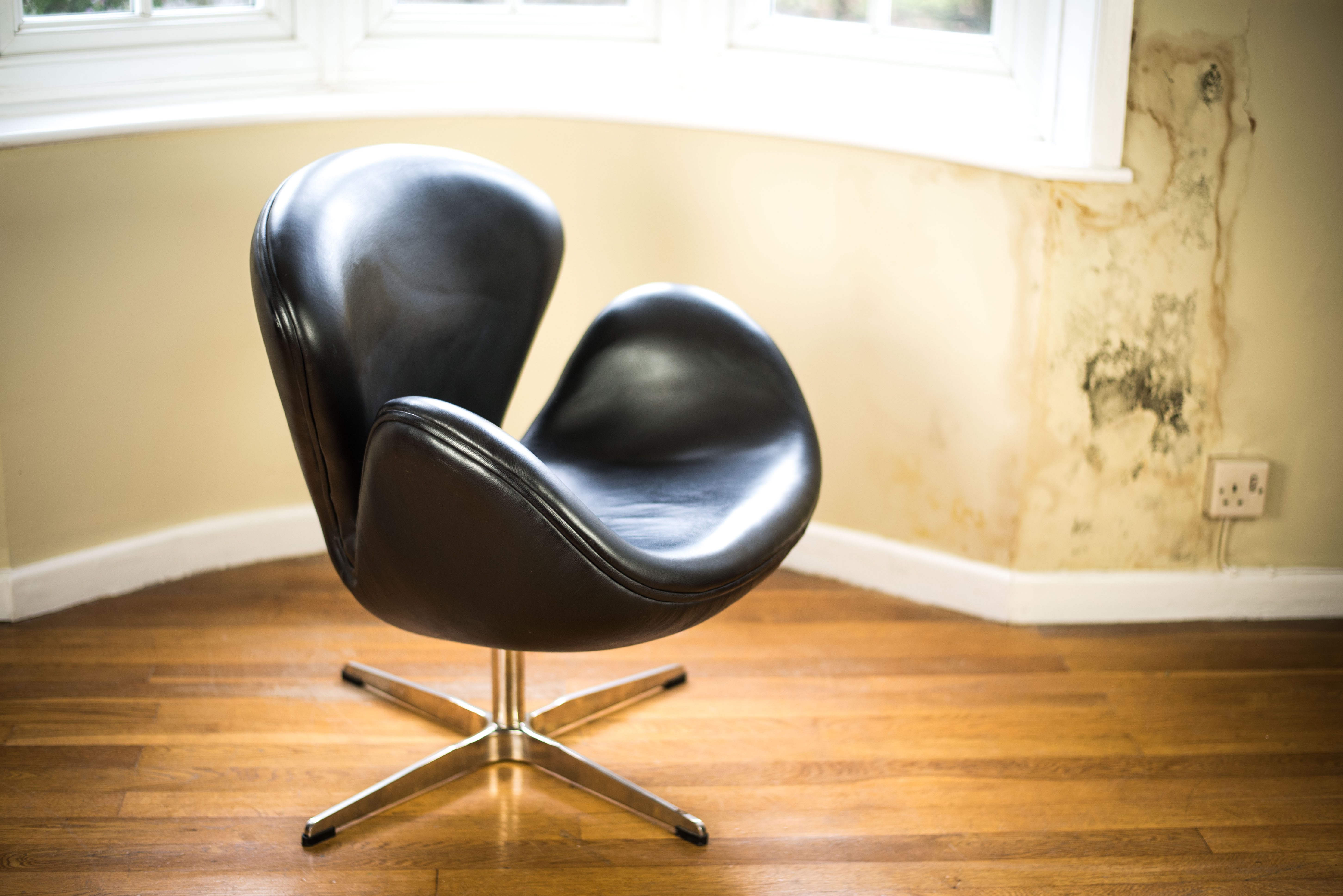 Black Leather Swan Chair after Arne Jacobsen front side 2